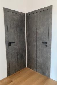 Porta Line - Betón tmavý (čierna intarzia)
